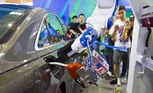 智能加油机器人亮相